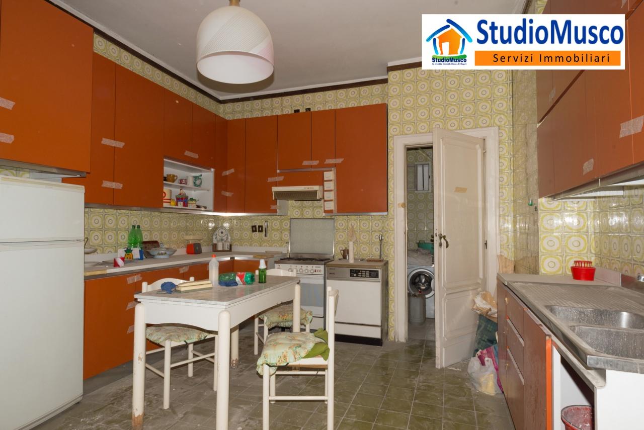 cucina con stanza lavanderia