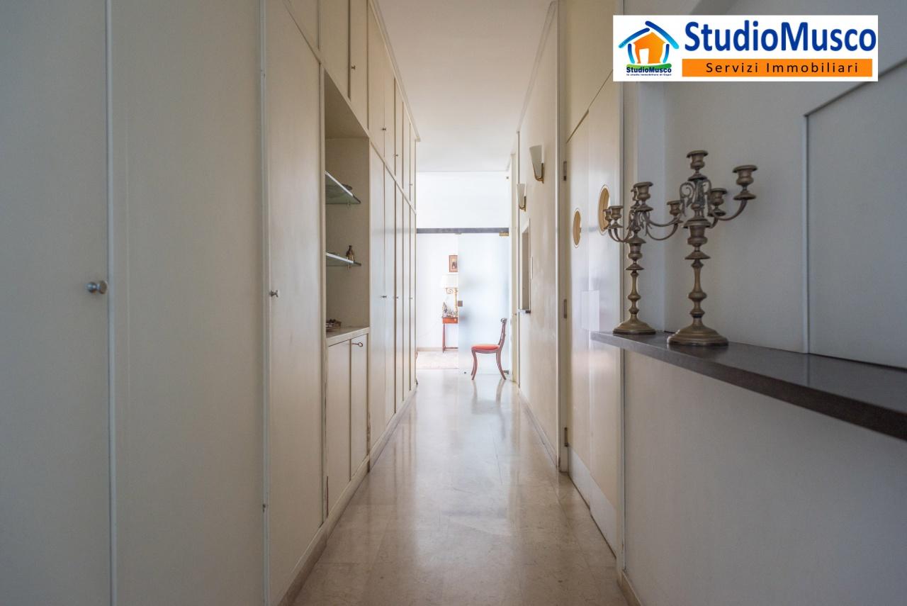 corridoio di accesso alla zona servizi e cucina